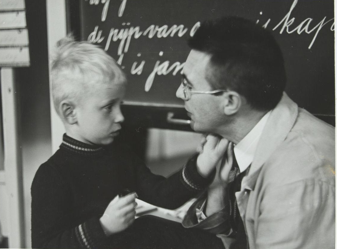 Un niño y un acompañante, compartiendo un gesto de humanidad.   Nationaal Archief , 1938.  CC-BY-NC-SA