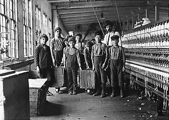 Niños trabajadores en Newton, NC, por Lewis Hine (1908), Wikimedia Commons .