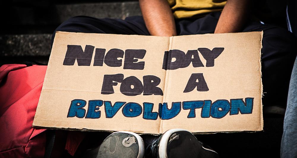 Un estudiante de la ULL porta una pancarta de protesta durante las manifestaciones estudiantiles de 2013
