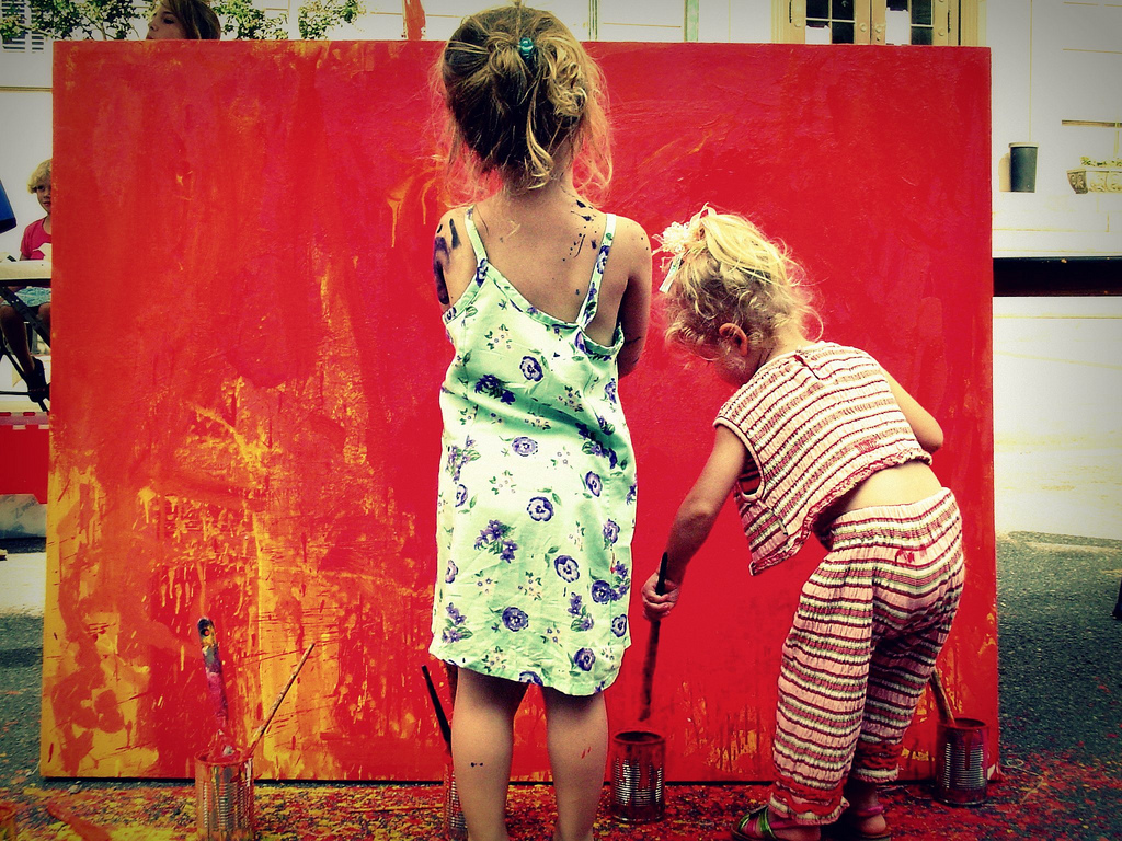 """ Little artists 2 "", por Elaine,  CC BY-NC-ND 2.0 ."