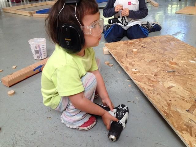 Nuestra hija Jara con su primer atornillador eléctrico en la escuela  Tinkering School , San Francisco (EEUU)
