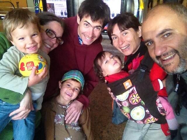 En Lyon, con la maravillosa familia de desconocidos que nos acogió una noche.