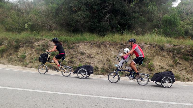 Subiendo cuestas en nuestras bicis plegables.