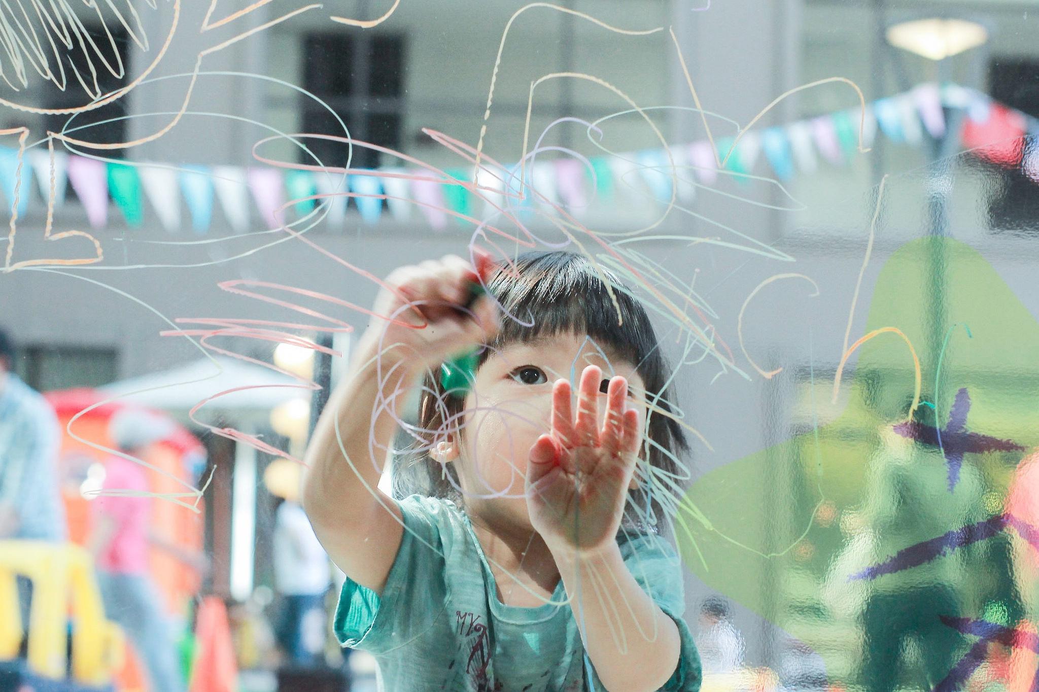 Niño dibujando sobre un cristal. Scrawling Child , de  Aikawa Ke , CC BY-NC-ND 2.0 .