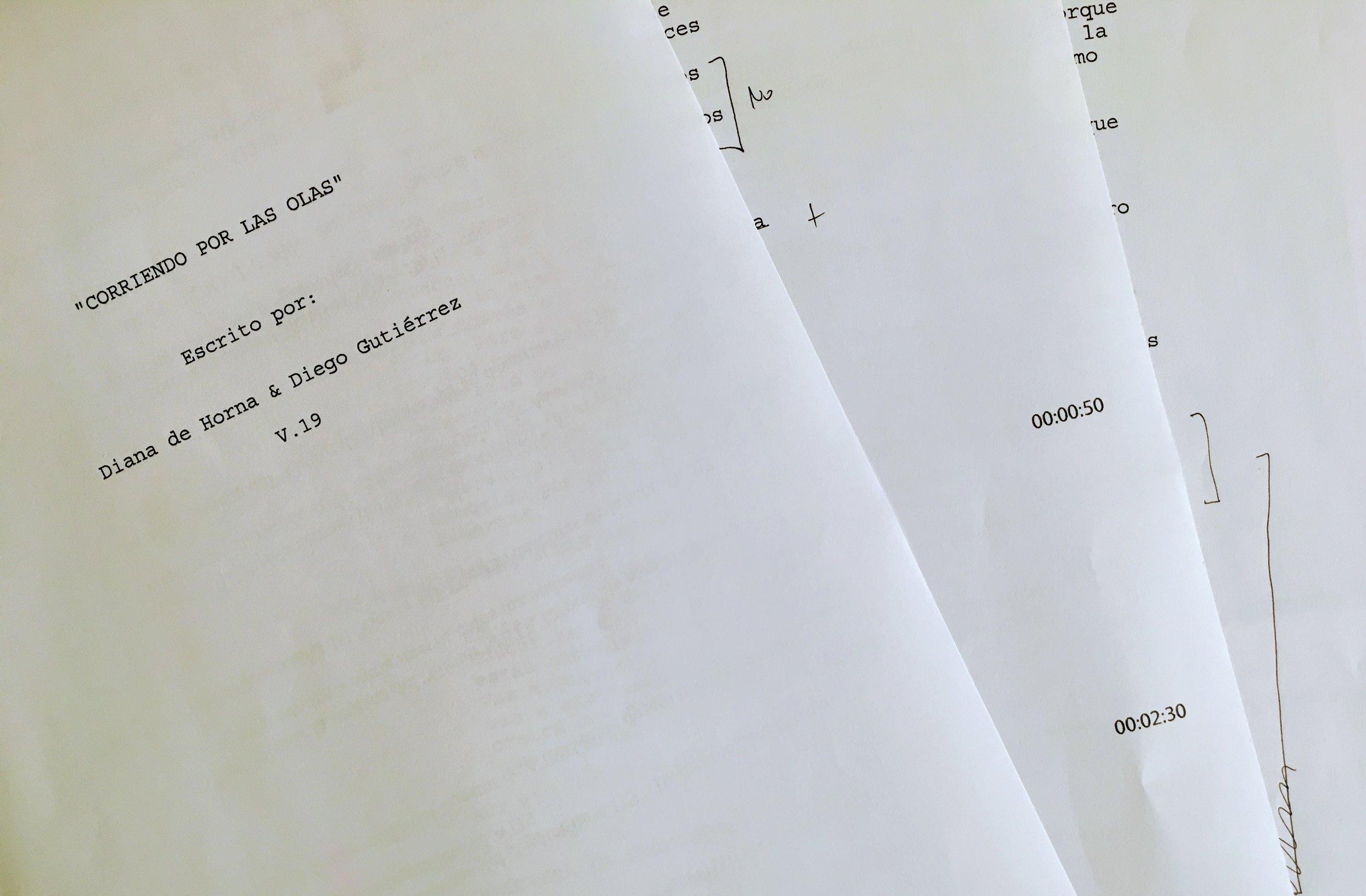 """Primeras páginas del guión de """"Corriendo por las olas"""""""