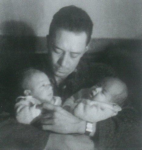Albert Camus con Catherine y Jean, sus bebés. Fuente:  Wikimedia Commons , CC BY-SA 4.0 .