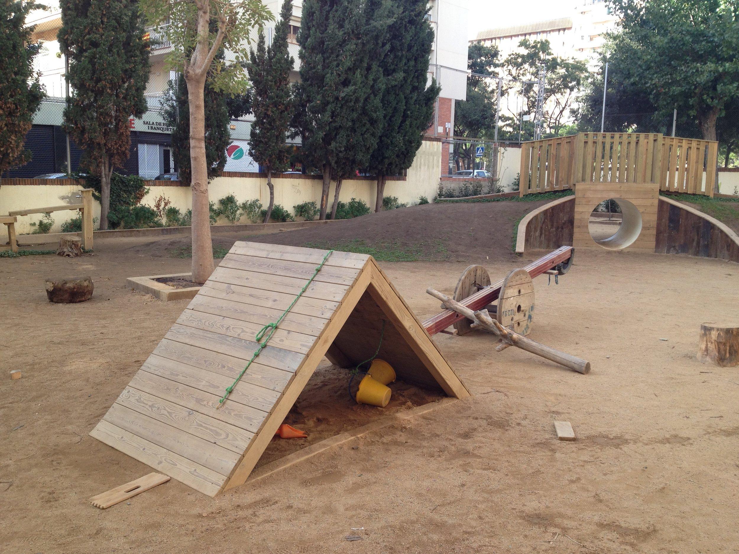El patio de la escuela está compuesto por espacios que facilitan la exploración, la autonomía y el juego libre.