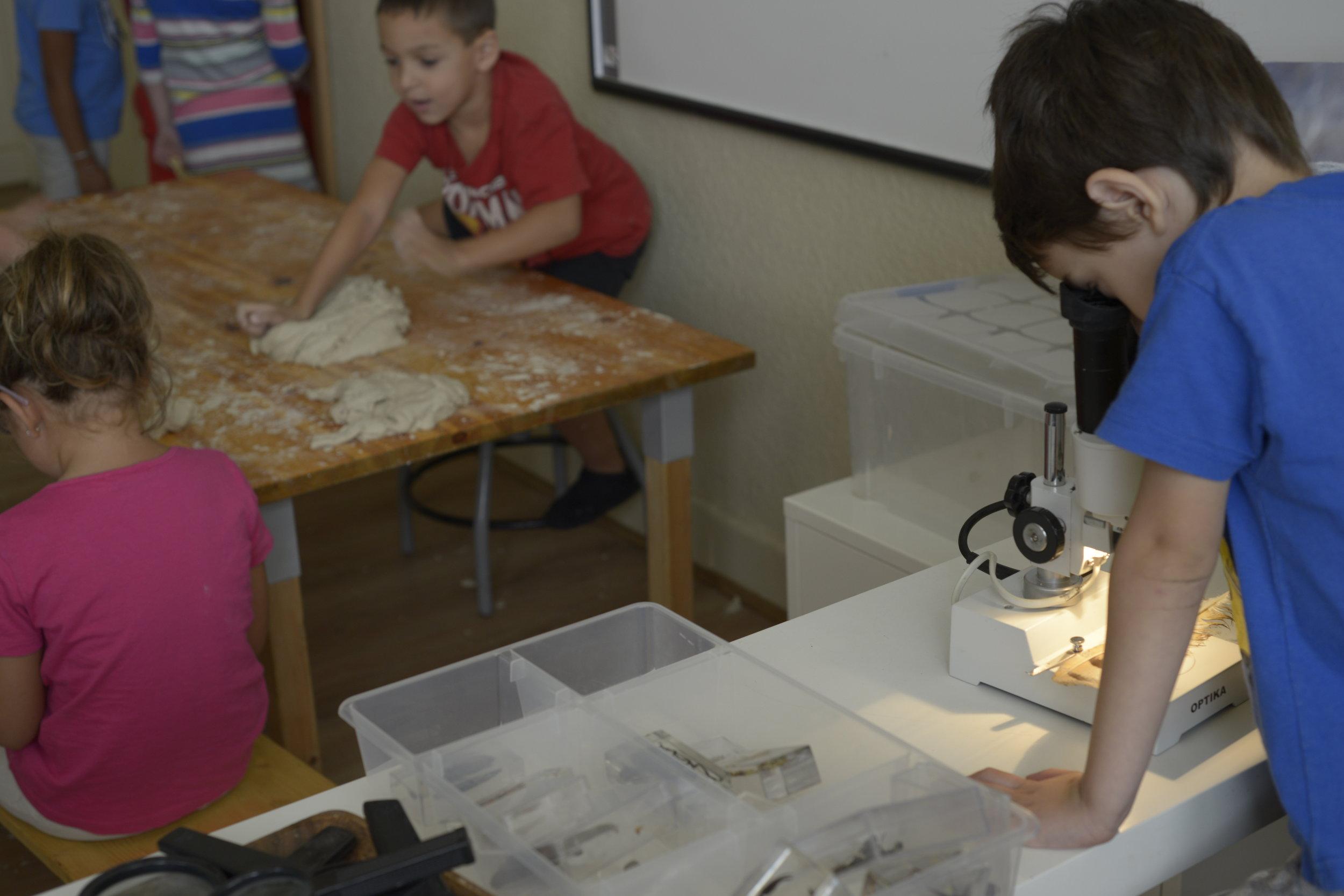 Los materiales e instrumentos disponibles en el espacio permiten aprendizajes manipulativos.