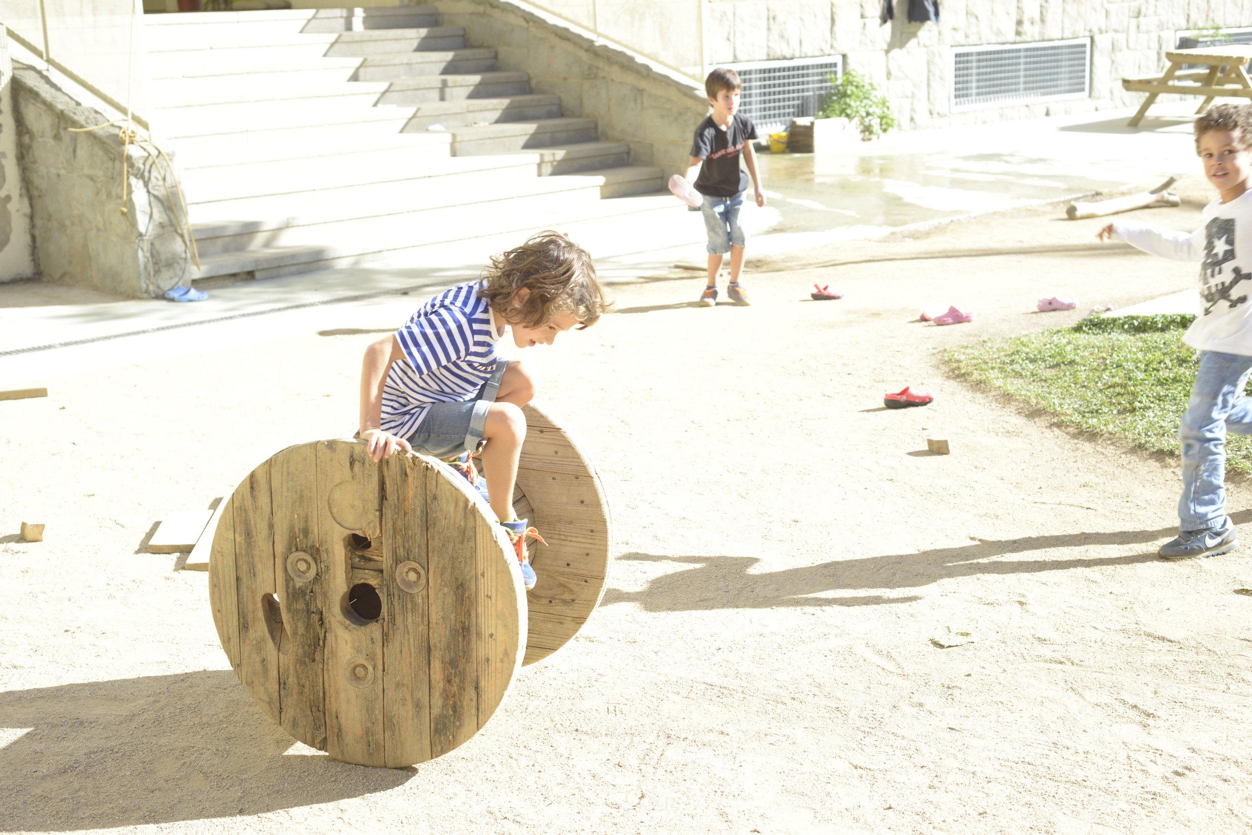 En el patio los niños y niñas pueden jugar libremente con juguetes que fomentan su desarrollo psicomotor y su confianza en sus propias capacidades.