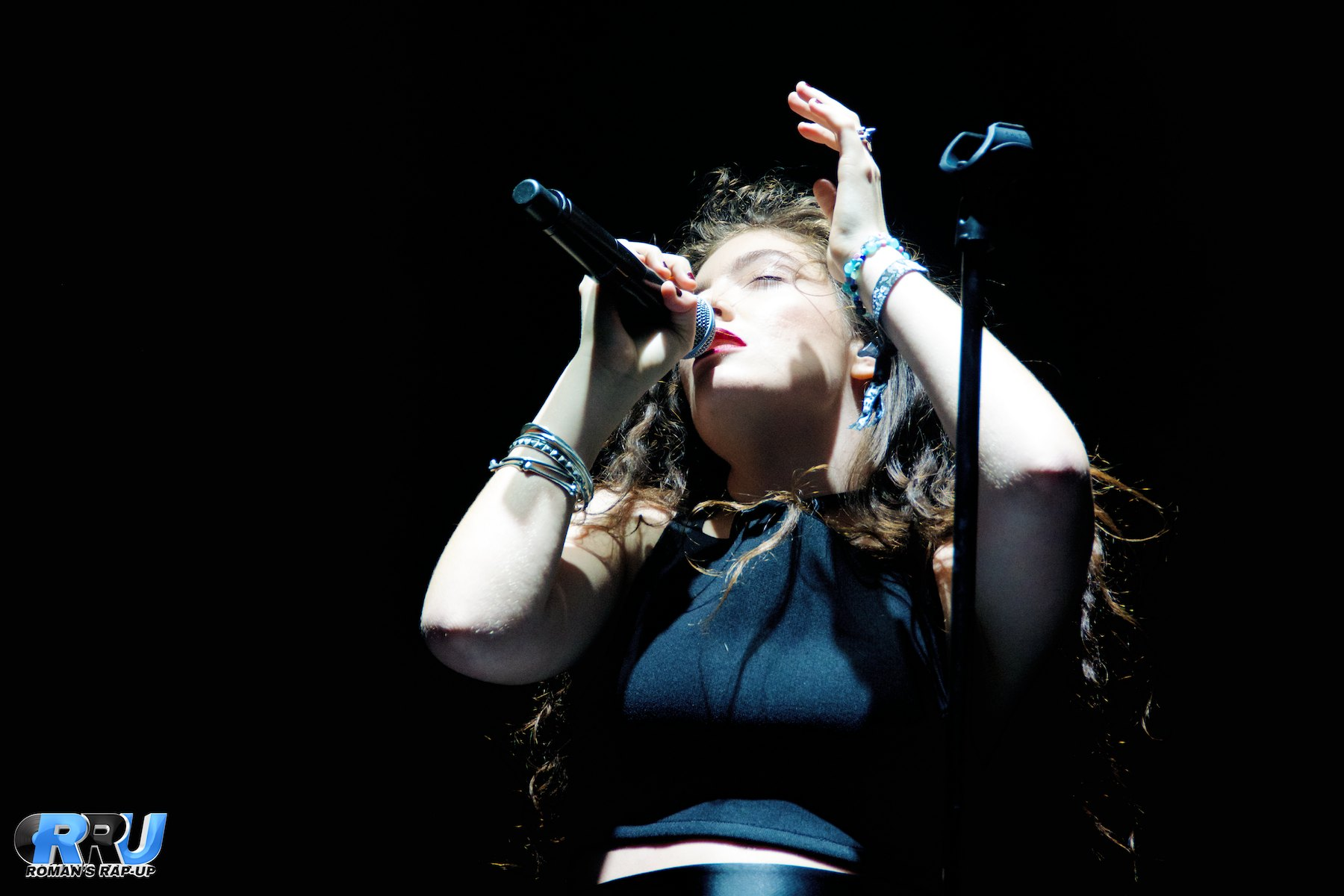 Lorde performing at Boston Calling Music Festival on September 6th, 2014 (Benjamin Esakof/Roman's Rap-Up).