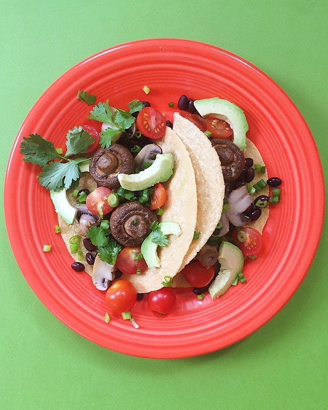 Looking for meal ideas? Try these roasted mushroom tacos! So easy, full of flavor and totally plant based. 👍🌮🍄 Simply roast whole mushrooms for 20-25 minutes at 375 F then fill corn tortillas with mushrooms, black beans and your favorite toppings....like avocado, cilantro, scallions, fresh salsa.  Enjoy!⠀ .⠀⠀⠀⠀⠀⠀ .⠀⠀⠀⠀⠀⠀ .⠀⠀⠀⠀⠀⠀ .⠀⠀⠀⠀⠀⠀ .⠀⠀⠀⠀⠀⠀ #buzzfeedfood #cleaneating #dietitian #eattherainbow #eatyourveggies #f52grams #fitfoodie #foodblogger #healthyaperture #healthyrecipe #healthykids #huffposttaste #kitchn #myplate #nutrition #rdapproved #realfood #realsimple #superfood #tastingtable #tastyandclean #tastyandcleanideas #thenewhealthy #weightwatchers #wholefood ⠀⠀⠀⠀⠀⠀ ⠀⠀⠀⠀⠀⠀ #tacos #vegan #avocado #mushrooms⠀ #forksoverknives