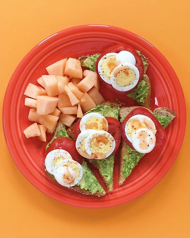 I eat many random meals like this one. Ezekiel toast with mashed avocado, sliced hard boiled eggs, tomato, pepper and hot sauce with a side of fresh cantaloupe. Easy to whip up especially if you prepare the eggs ahead of time. 😎🥚🥑⠀ .⠀⠀⠀⠀⠀ .⠀⠀⠀⠀⠀ .⠀⠀⠀⠀⠀ .⠀⠀⠀⠀⠀ .⠀⠀⠀⠀⠀ #cleaneats  #eattherainbow #eatclean #f52grams #fitfoodie #healthyaperture #healthyfood #healthykids #kitchn #rdapproved #realfood #realsimple #superfood #tastyandcleanideas #thenewhealthy #weightwatchers #wholefood ⠀⠀⠀⠀⠀ ⠀⠀⠀⠀⠀ #eggs #wwambassador #avocado #wwfreestyle #vegetarian #breakfast #brunch #highcarb #wfpb #plantbased #instahealth  #cantaloupe