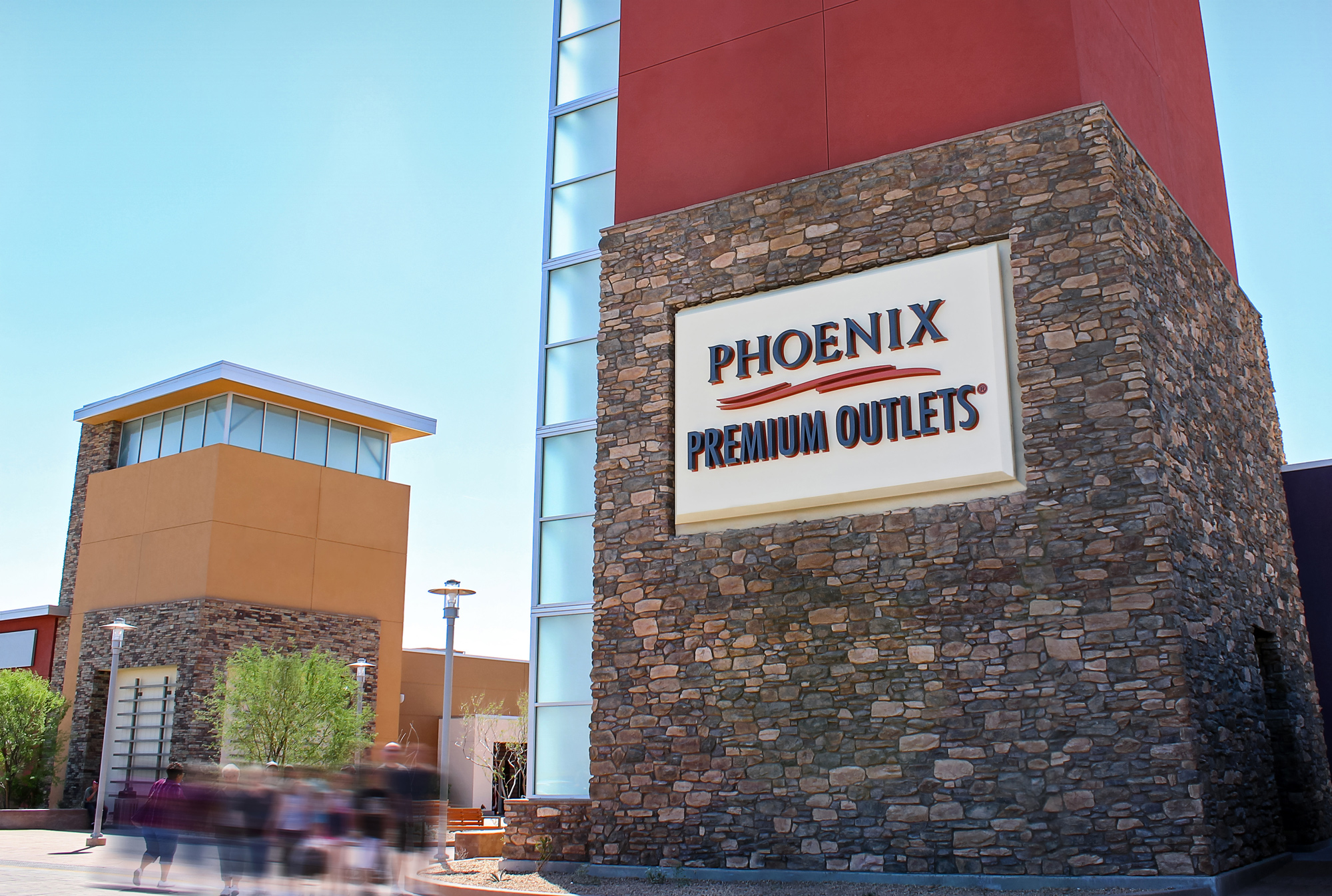 Phoenix Premium Outlets logo is halo illuminated against an aluminum cabinet. This branding element is also visible from the freeway.