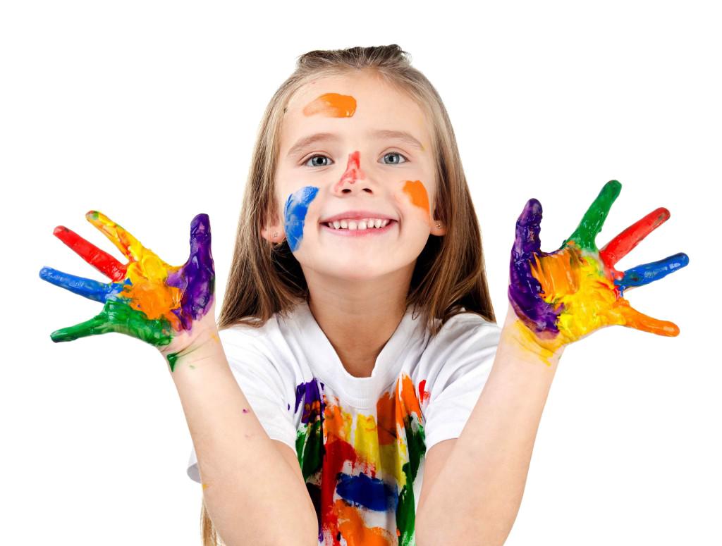 """- На «Арт-Кайтане""""ваш ребенок познакомится и овладеет разными творческими техниками живописи, дизайна, графики, керамики и моделирования, коллажа и иллюстрации.Интенсив — это совмещение образования с развлечением. Мы будем слушать интерактивные лекции, обсуждать новые знания, фантазировать и, конечно, много рисовать разными материалами, пробовать разнообразные техники и изучать приемы живописи и рисунка. В течение пяти дней дети погружаются в определенную тему и исследуют её в разных форматах, индивидуально и в группах. Наша задача — увлечь детей, помочь им провести время интересно и с пользой и дать им новые знания."""