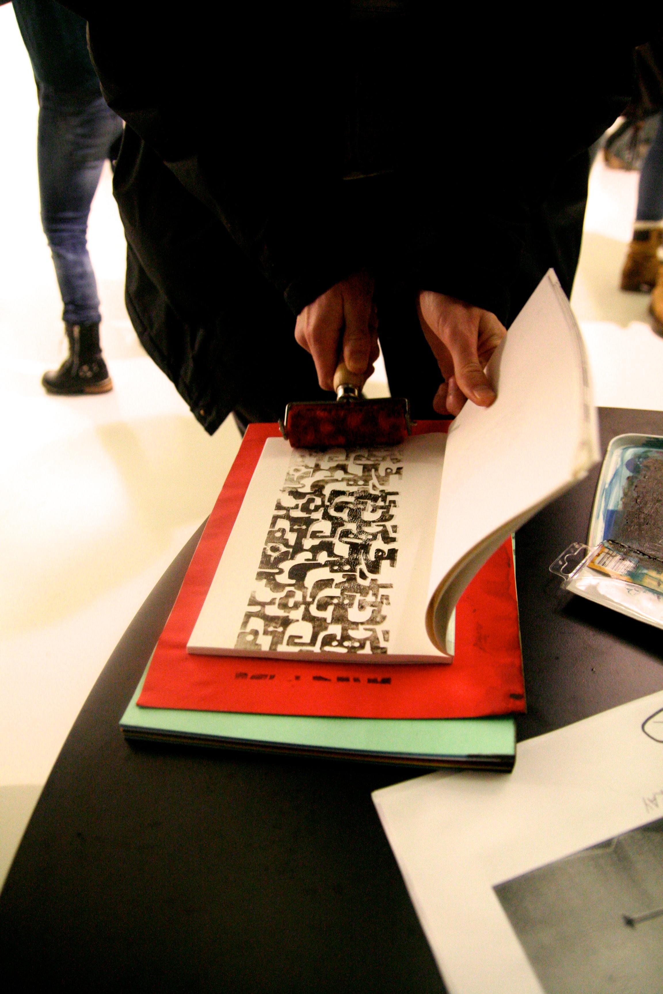 Bildet viser Zen som bruker malingrullen i en bok i anledning utstillingen Legal. Vi vet ikke hva noen av kunstnerne har planlagt til spesialutgavene, så bildet er kun til illustrasjon.