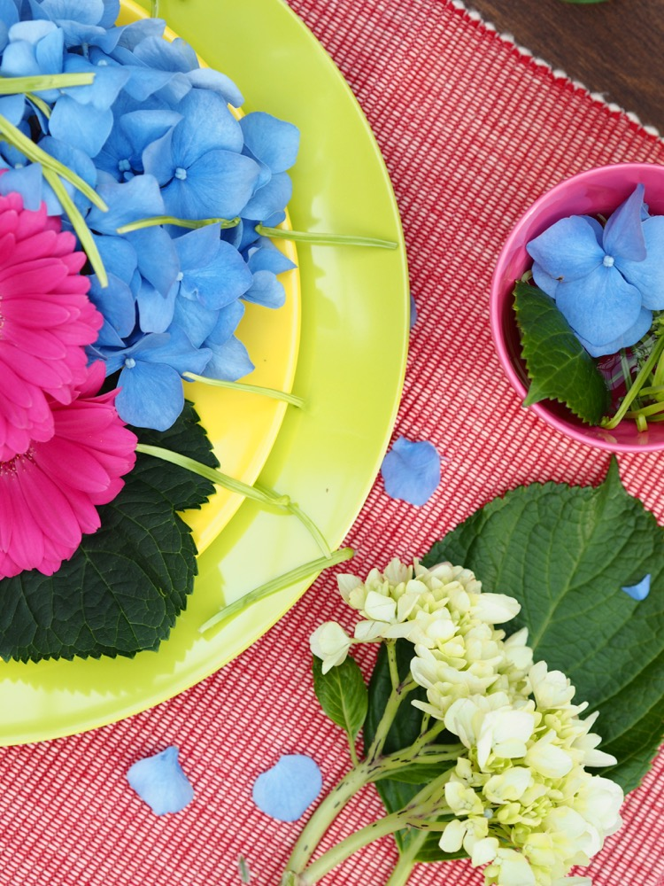 If you've been looking for the perfect summer floral table display then check this out - if I can do it then you definitely can! This is so easy to do and uses hydrangeas, Gerberas and chrysanthemums but really you can use anything.