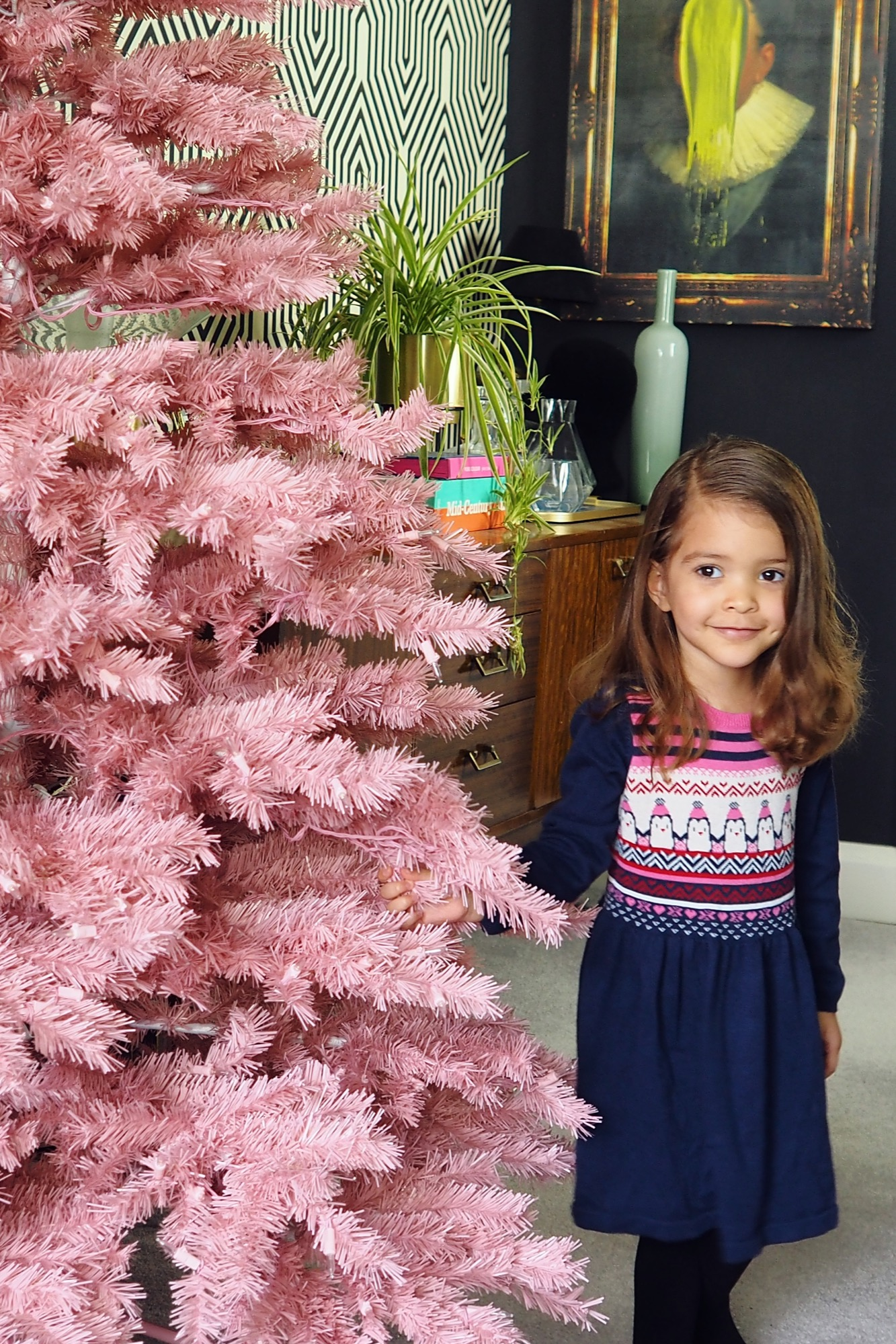 This year I decided to create an alternative christmas tree! Click through t see more ideas for how you can create an alternative decor look this christmas.
