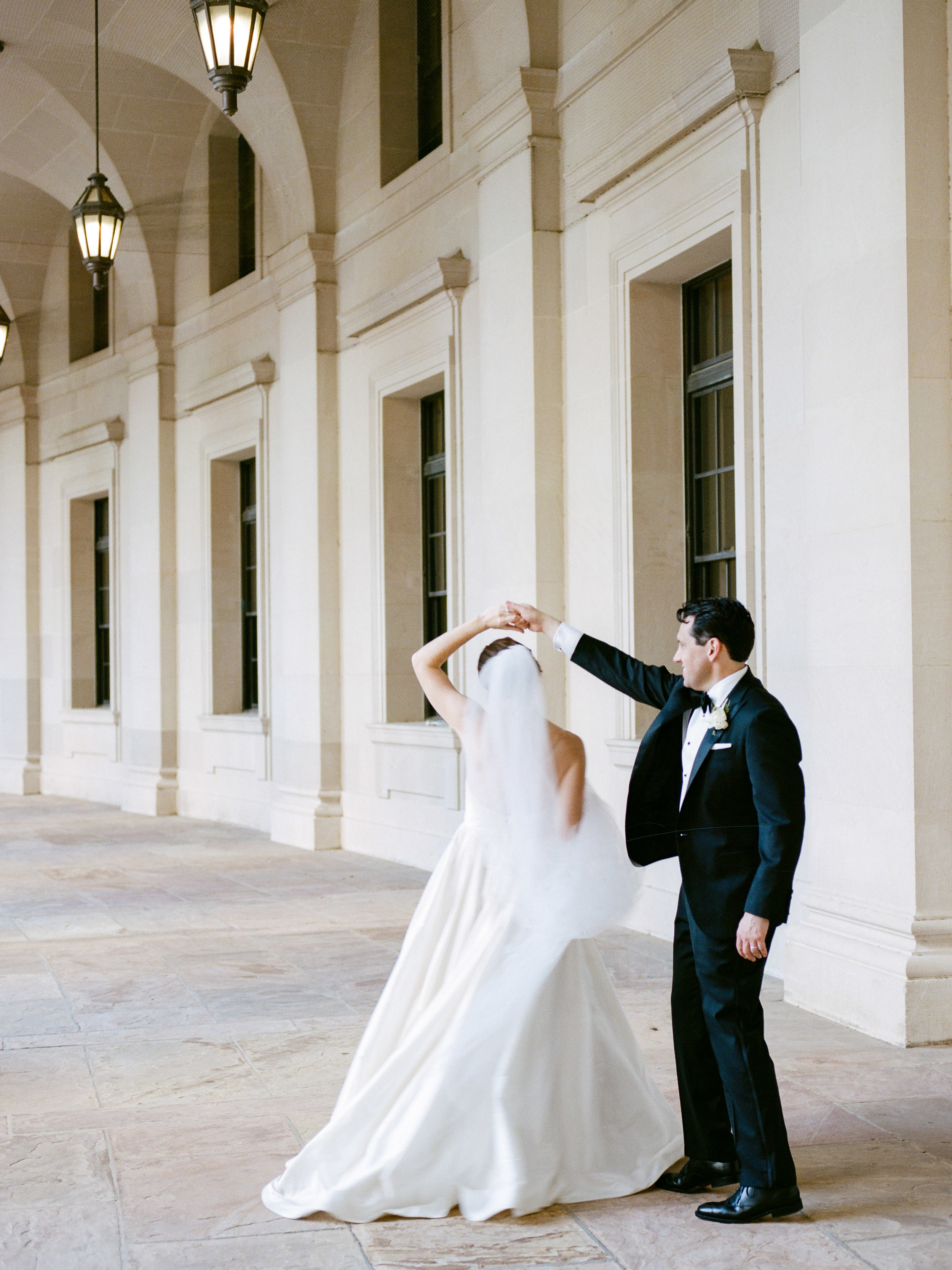 Summer Wedding at The National Museum of Women in the Arts Washington DC by fine are wedding photographer Lissa Ryan Photography