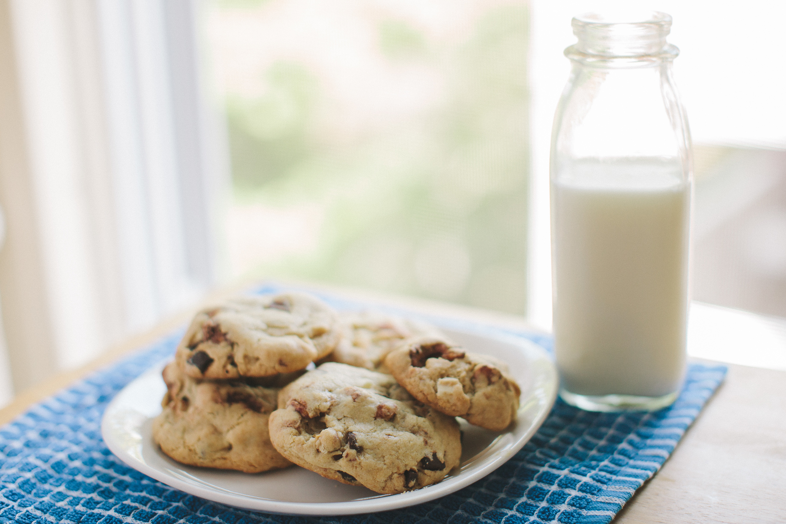 Candied Cashew Chocolate Chunk Cookies | Becca Bakes (www.becca-bakes.com)