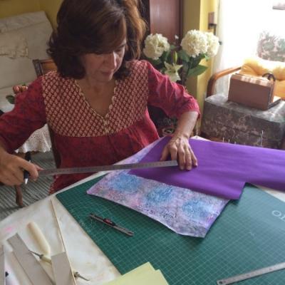 Ángeles trabajando en sus productos artesanales