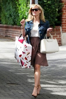 reese-witherspoon-shopping-in-beverly-hills-thumb191911.jpg