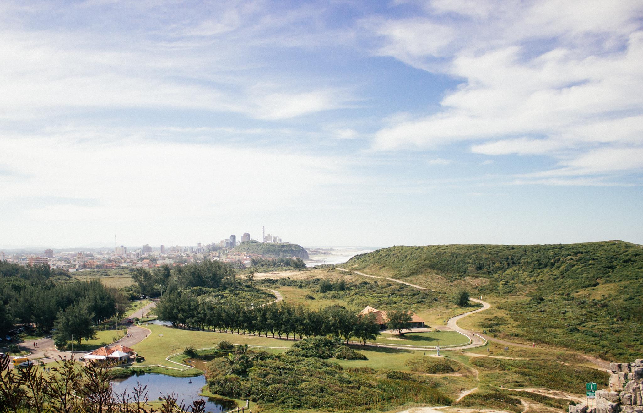 Parque da Guarita e lá no fundo está o Morro do Farol