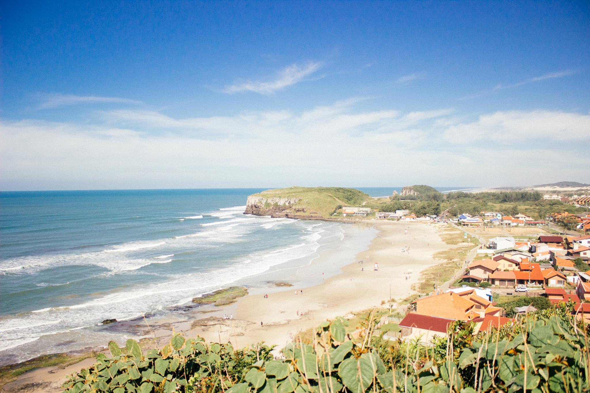 Praia do Cal e lá no fundo os morros da Praia da Guarita
