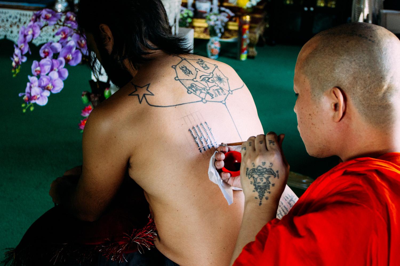 sak yant 5 linhas tatuagem tailandia