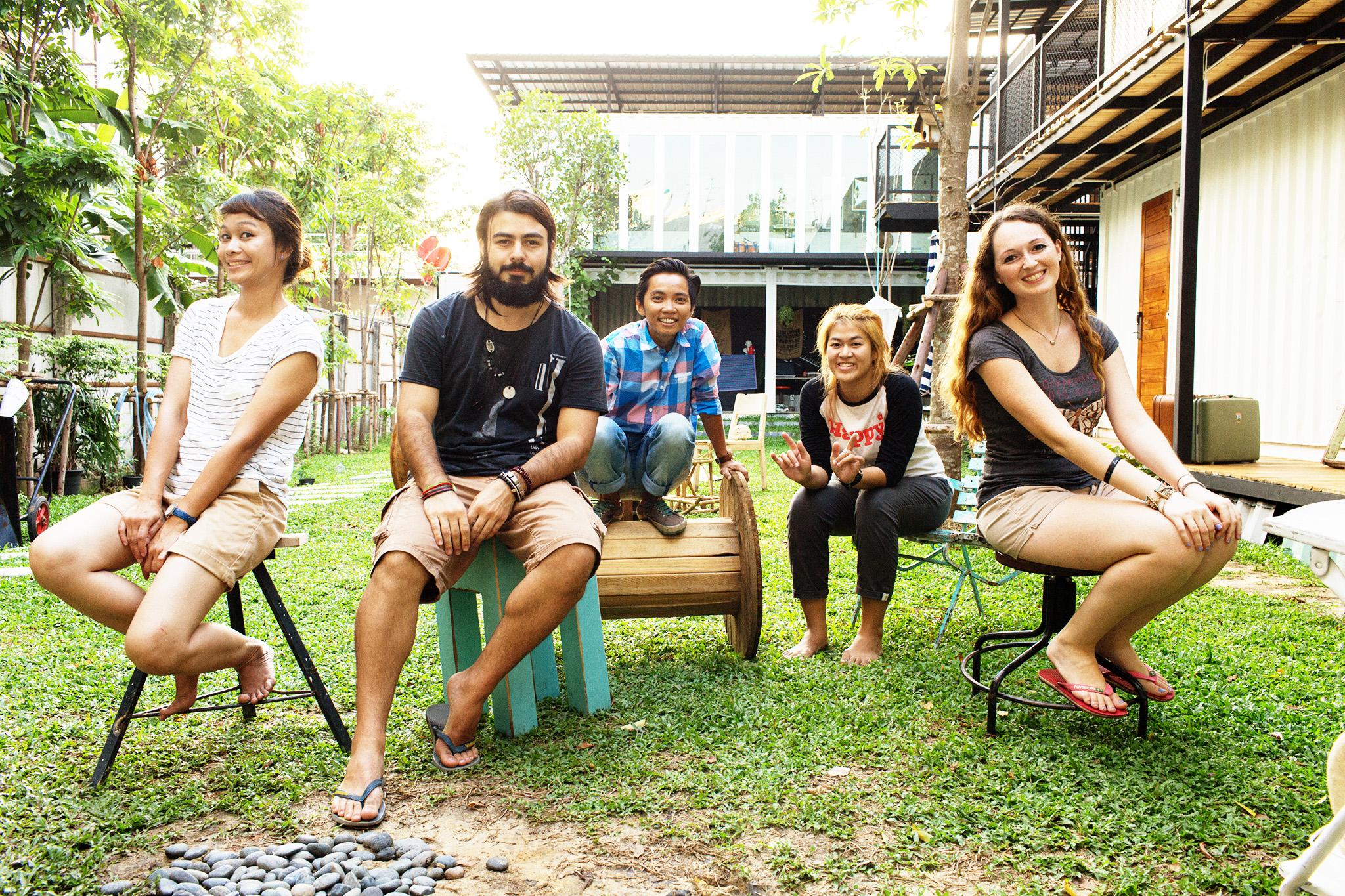 Nossa segunda família na Tailândia,  The Yard Hostel Bangkok  / Como Escolher um Hostel: Guia para Iniciantes