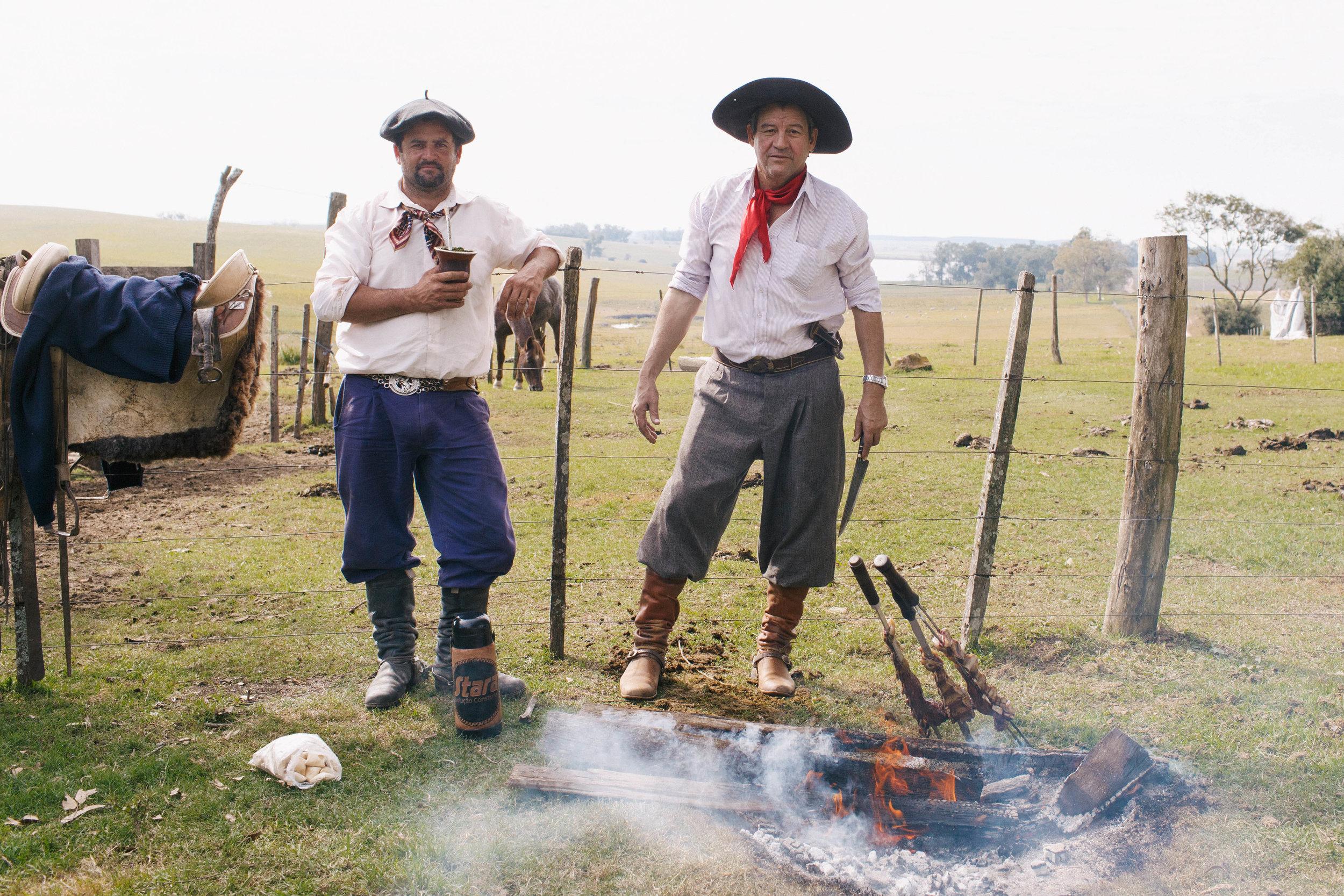 Dois Gaúchos no interior do Rio Grande do Sul, fazendo um Churrasco no campo após terem participado de um torneio de Tiro de laço
