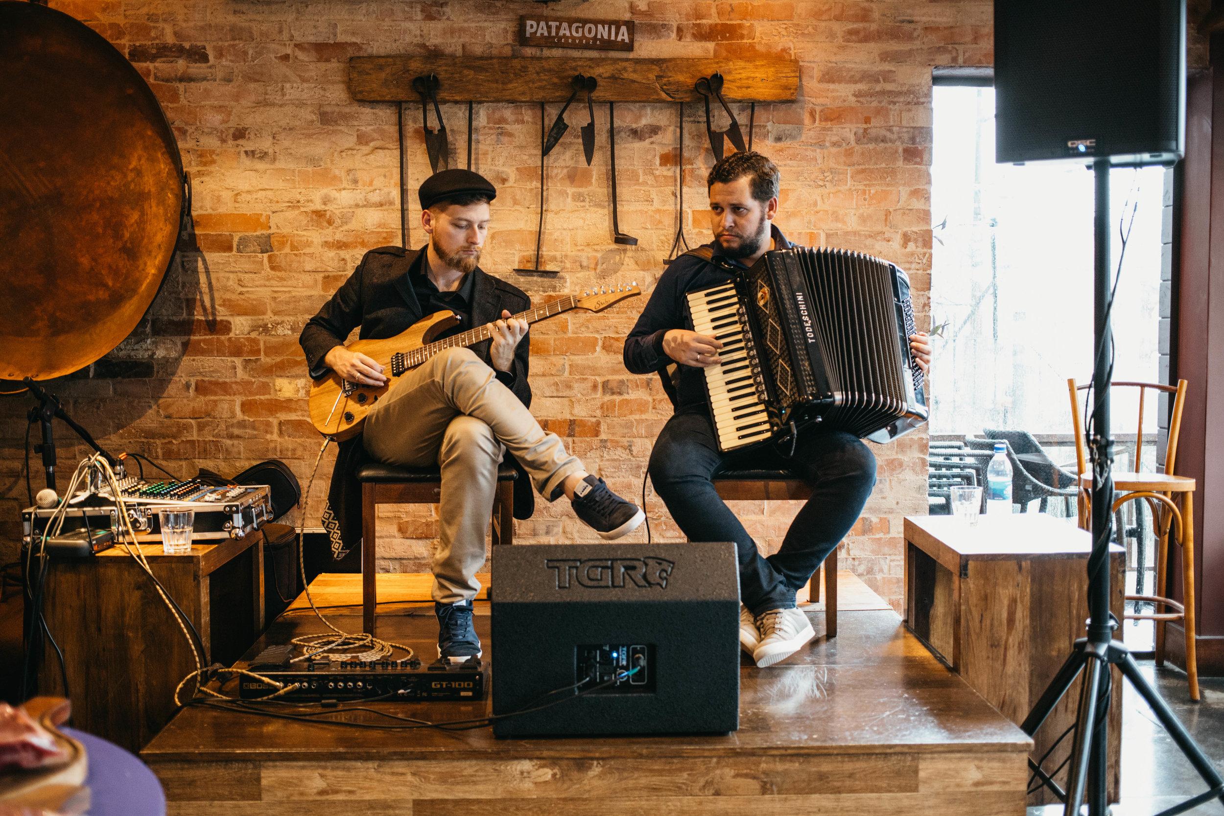 Os músicos Rodrigo e Adriano