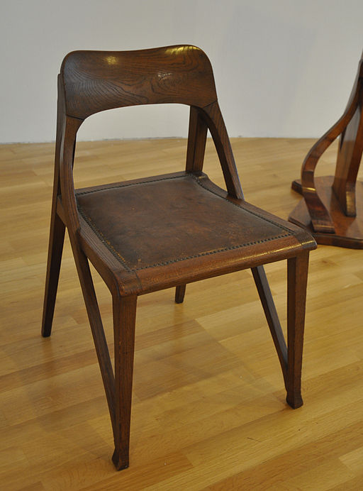 Richard Riemerschmid: Chair; Oak solid wood with leather upholstery; Design for a Music Room at the German Art Exhibition in Dresden in 1899. Source: Wikimedia