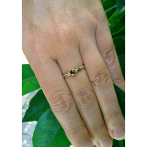 Garnet ~  Leaf ring ~ January birthstone ring ~ Thumb ring ~ Ivy leaf ~ Adjustable ring ~ Nature inspired ~ Statement ring ~ Leaf jewelry ~