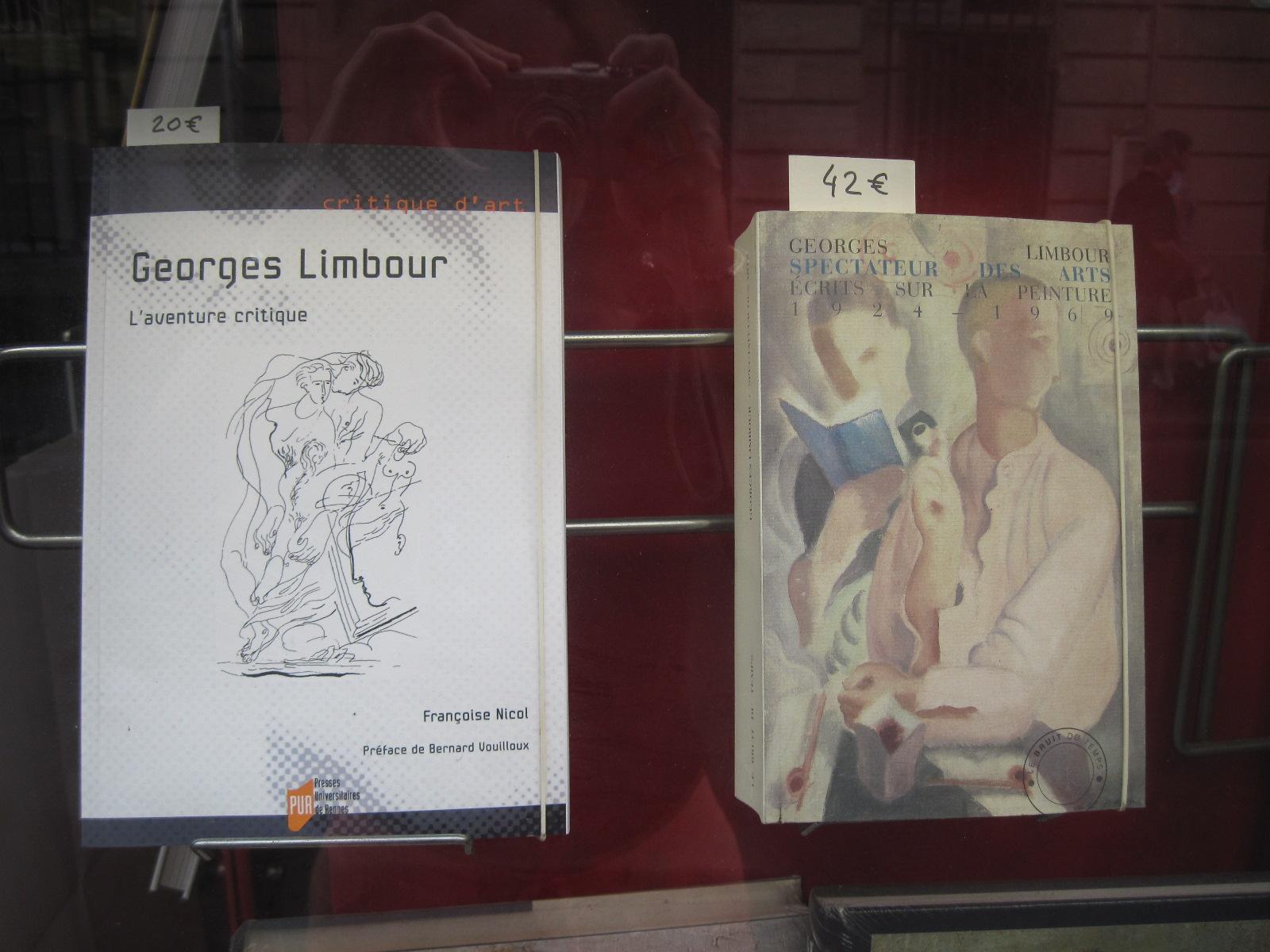 Dans la vitrine de La librairie, La Porte étroite, 10 rue Bonaparte, à Paris, 2014