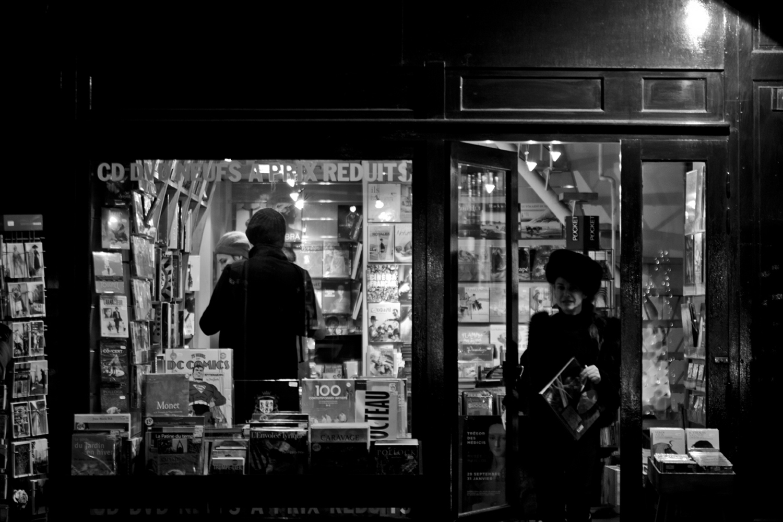 lifestyle-editorial-travel-washington-dc-malek-naz-photography-paris-france-bookstore.jpg