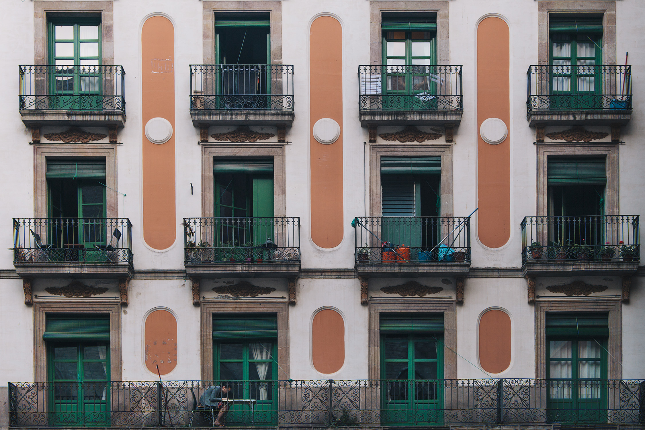 lifestyle-editorial-travel-washington-dc-malek-naz-photography-barcelona-spain-balcony.jpg