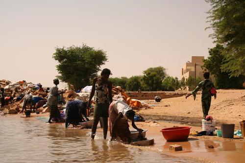 Women doing laundry, Niafunke