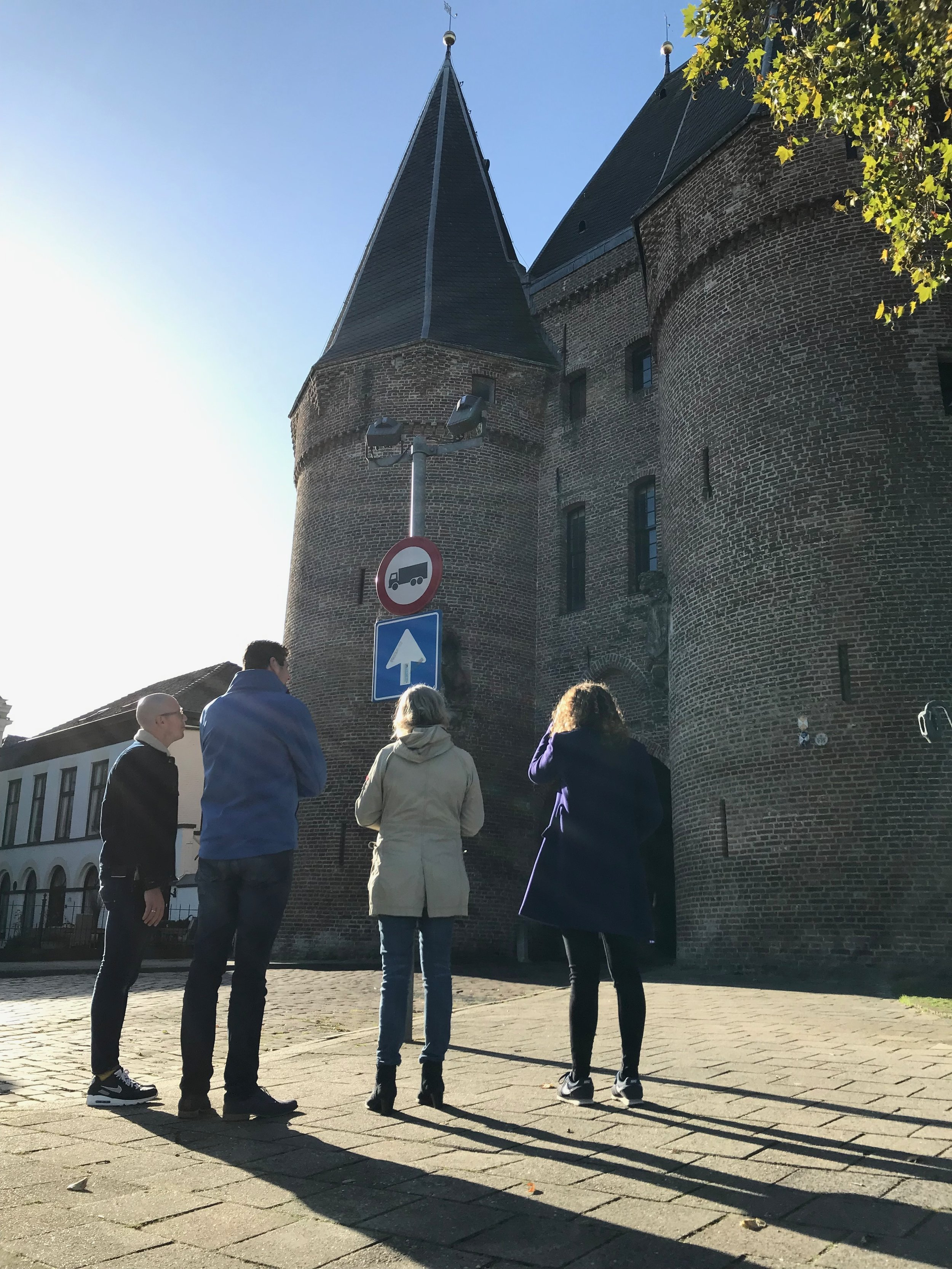 Local guide Lucas vertelt over een poort