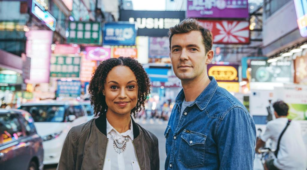 Toby Flint och Gemma Hunt är värdar i filmerna.