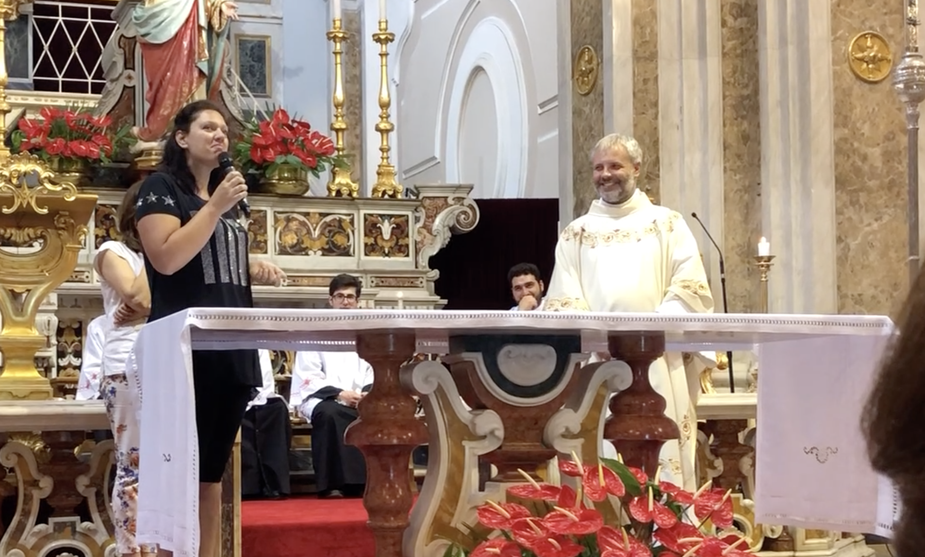 Ilaria e Don Rito durante una testimonianza in Chiesa