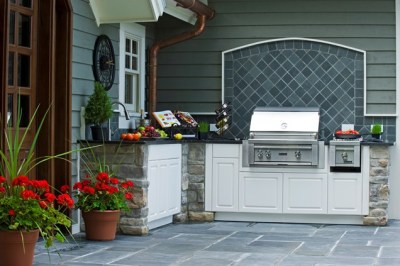 Outdoor Kitchen with Cabinets