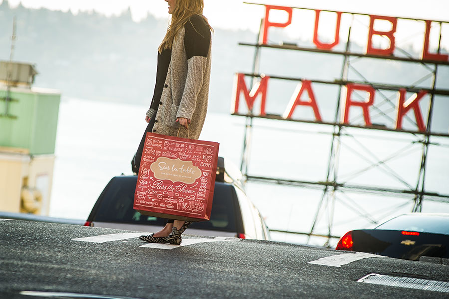 SurLaTable-KellyThompson-Holiday-GiftCard-PikePlaceMarket-Seattle.jpg