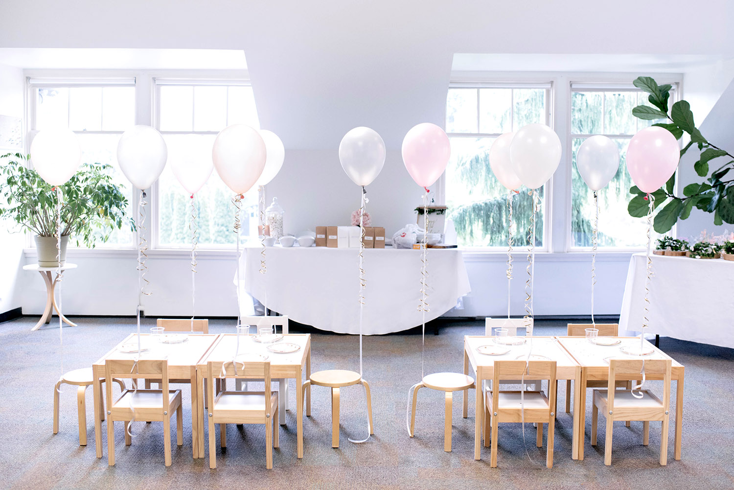 kids party table with balloons