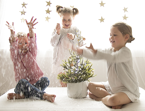 kids throwing snow