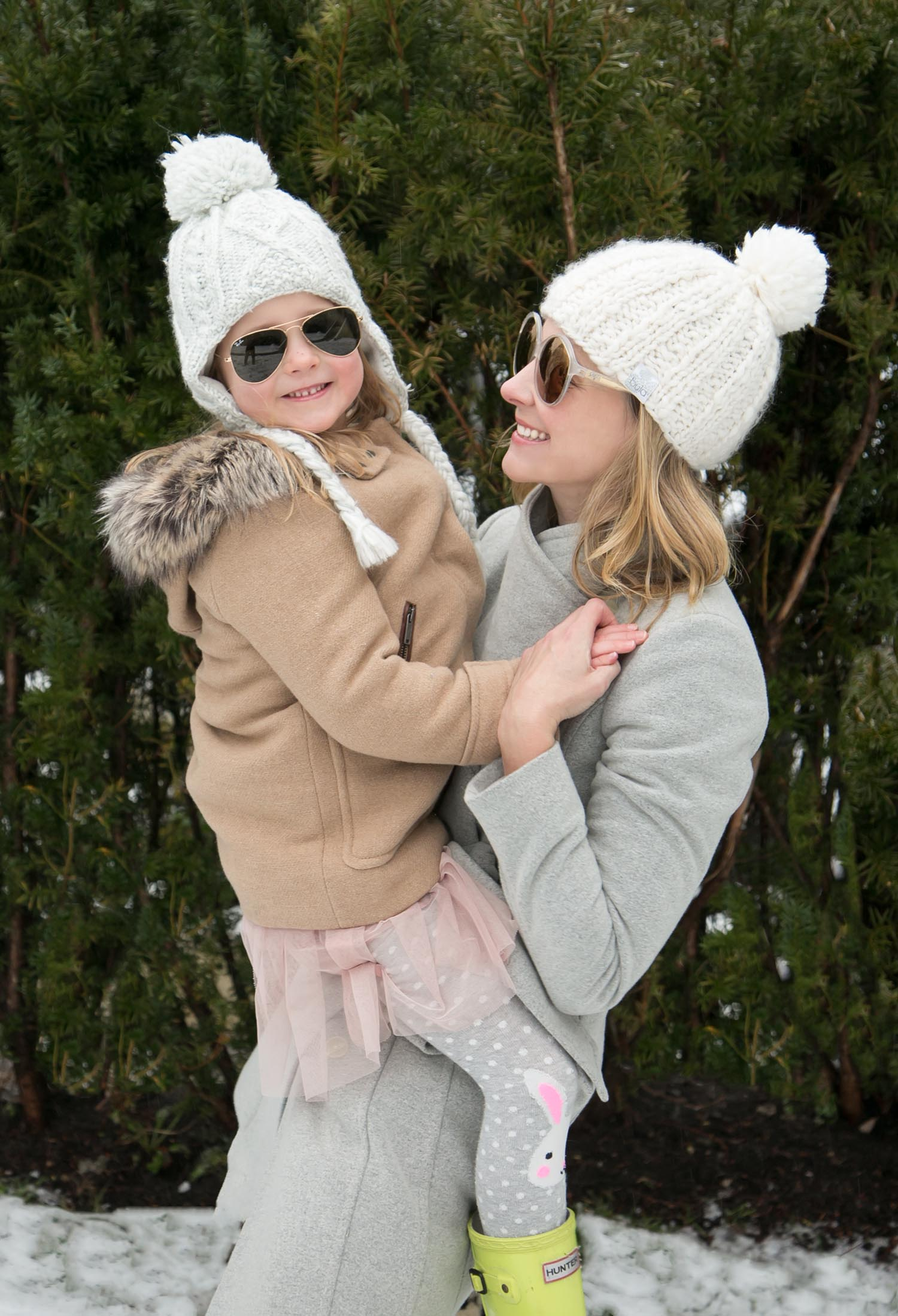 Mama and daughter with sunglasses
