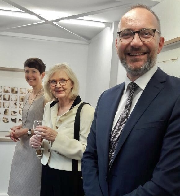 Kelly O'Brien, Rita Reifert, and Kelly O'Brien. Opening night of  Playing With Fire  solo exhibition at Galerie Uhn, Königstein-im-Taunus, Germany. Image: Jimin Leyrer
