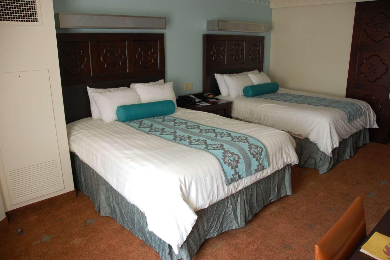 coronado-springs-043-Room-Queen-Beds.JPG