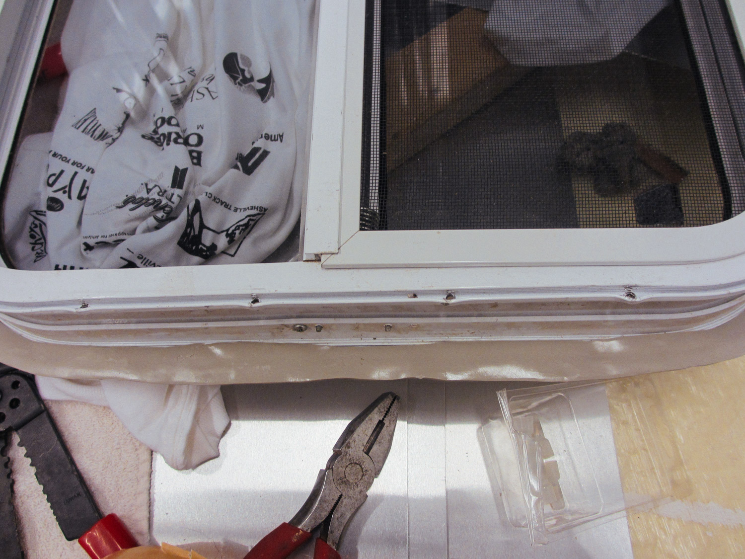 Before the windows were installed, we placed butyl tape on the flanges to ensure waterproofness.