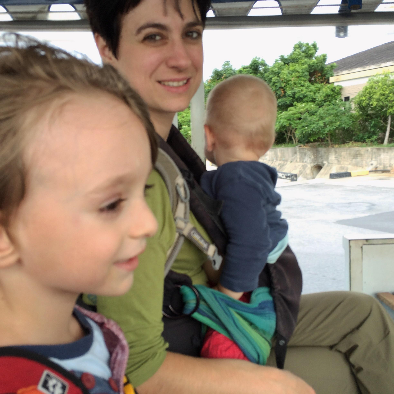 Glückliche Gesichter auf dem Flughafen in Koh Samui