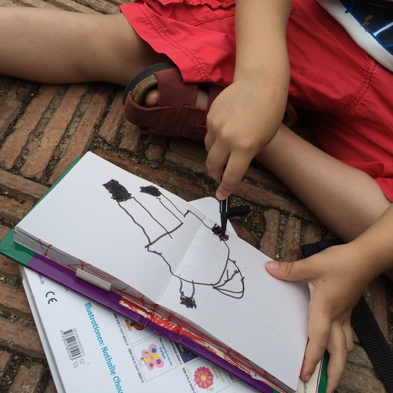 Moritz zeichnet einen Frosch